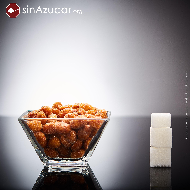 75g de Cacahuetes con Miel y Sal (Marca Eagle) tienen 10,5g de azúcar, equivalente a 2,6 terrones.